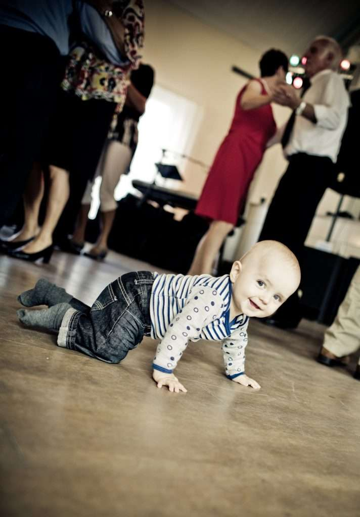 At what age to babies crawl